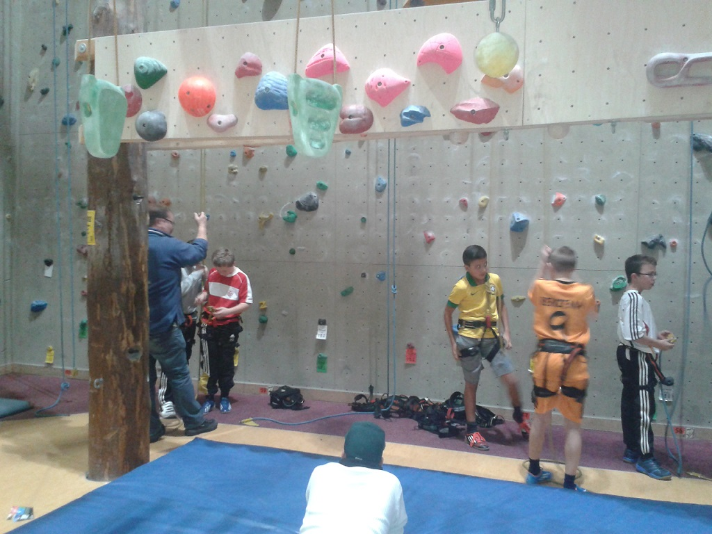 Teambuilding der D3-Jugend - Einführung zum Umgang mit der Kletterausrüstung